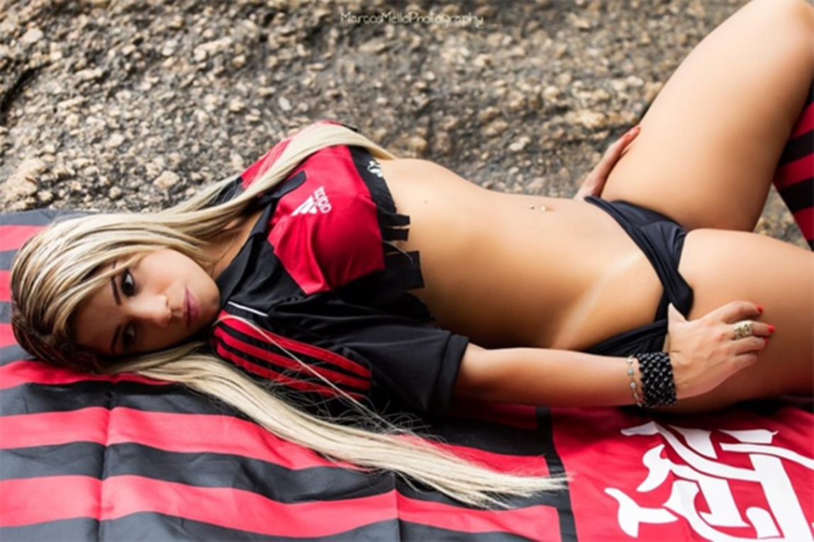 Musa do Flamengo Mari Lopes nua na revista sexy especial (4)